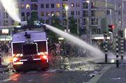 Die holländische Polizei geht mit Wasserwerfern gegen die Hooligans vor