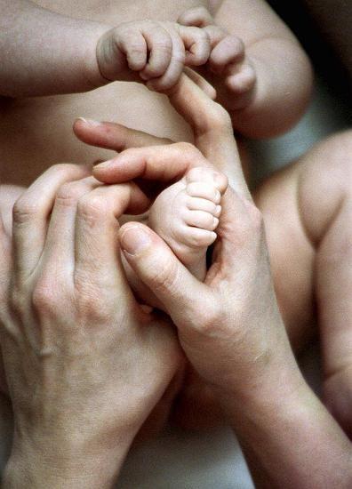 Babyfuß, Erwachsenenhände: Natürliche Selektion spielt beim Menschen keine Rolle mehr