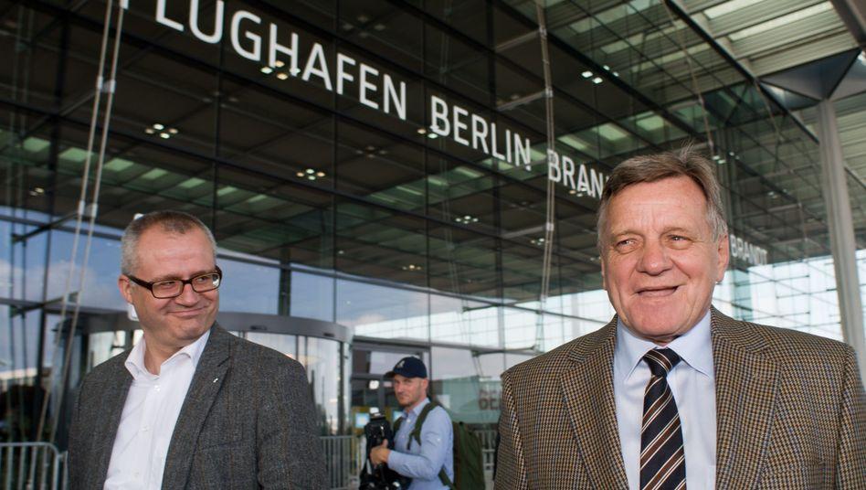 Flughafenchef Mehdorn (rechts): Am Juli sollen Flugzeuge landen und starten