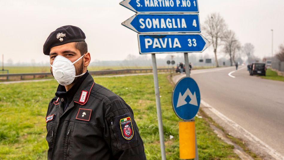 Polizeiabsperrung in der Lombardei nahe Casalpusterlengo