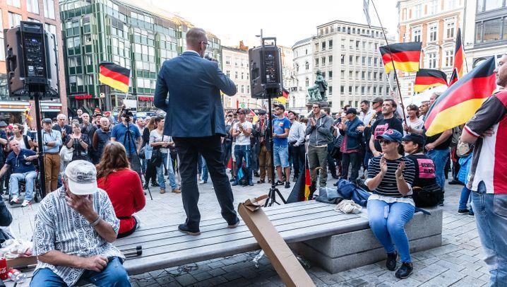 """Hamburg: """"Merkel muss weg"""" - und Tausende Gegendemonstranten"""