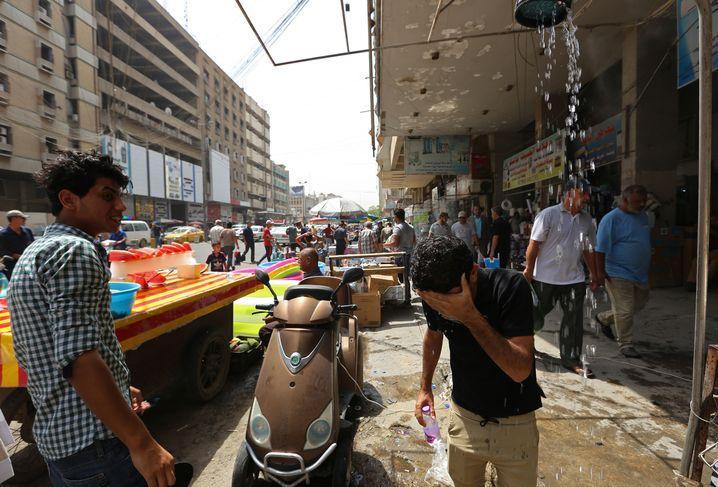 Außendusche auf einem Markt in Bagdad