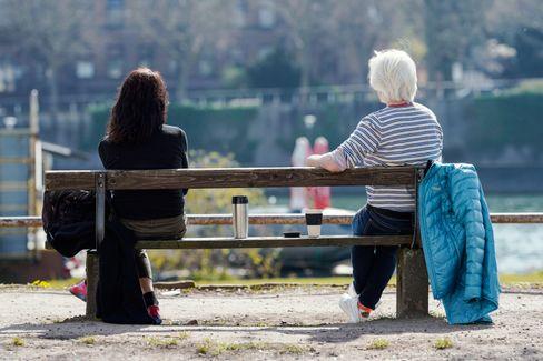 Weniger Treffen und dann nur auf Abstand: Einer Umfrage zufolge treffen sich Menschen seltener mit Freunden oder Familienangehörigen als noch zuletzt