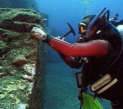 """Entnahme einer Gesteinsprobe: Geologe Wichmann am """"Yonaguni-Monument"""""""