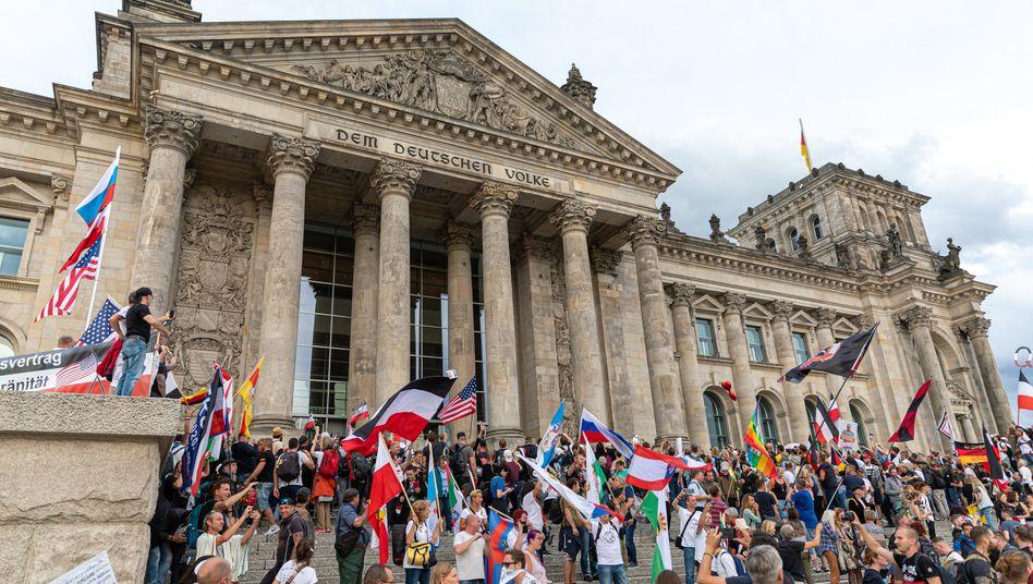 Reichsbürger, Nazis und Verwirrte auf den Stufen des Reichstags, 30. August 2020