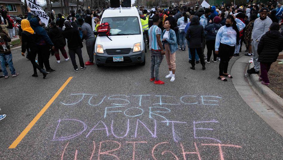 Demonstranten fordern eine Untersuchung der Erschießung von Daunte Wright