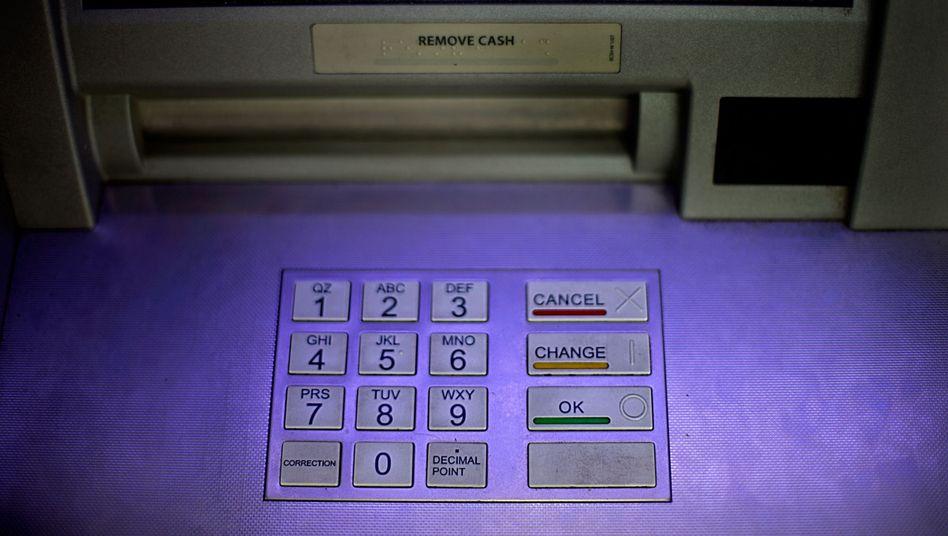 Geldautomat in den USA (Symbolbild): Das Paar ging erst mal einkaufen - aber richtig