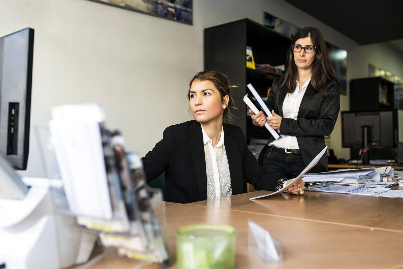 EINMALIGE VERWENDUNG Angestellte im Büro