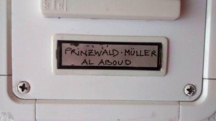 Auf dem Klingelschild der Prinzwalds steht jetzt auch der Nachname von Mahmoud