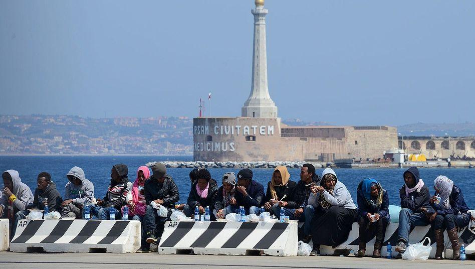 Flüchtlinge kommen in Messina auf Sizilien an: Fehlende Solidarität in Europa