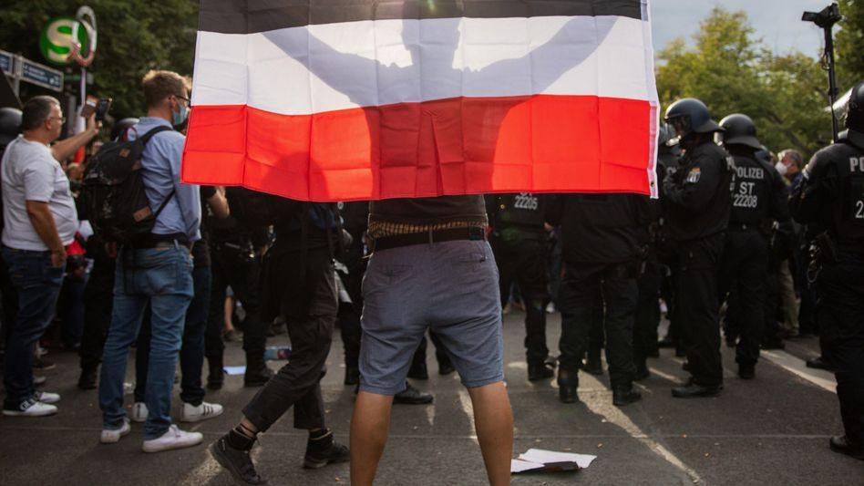 Erkennungszeichen Reichsflagge: Ein Demonstrant beim Protest gegen die Corona-Maßnahmen in Berlin