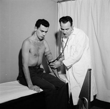 Untersuchung eines Patienten, circa 1956: Kurz, schmerzhaft, brutal
