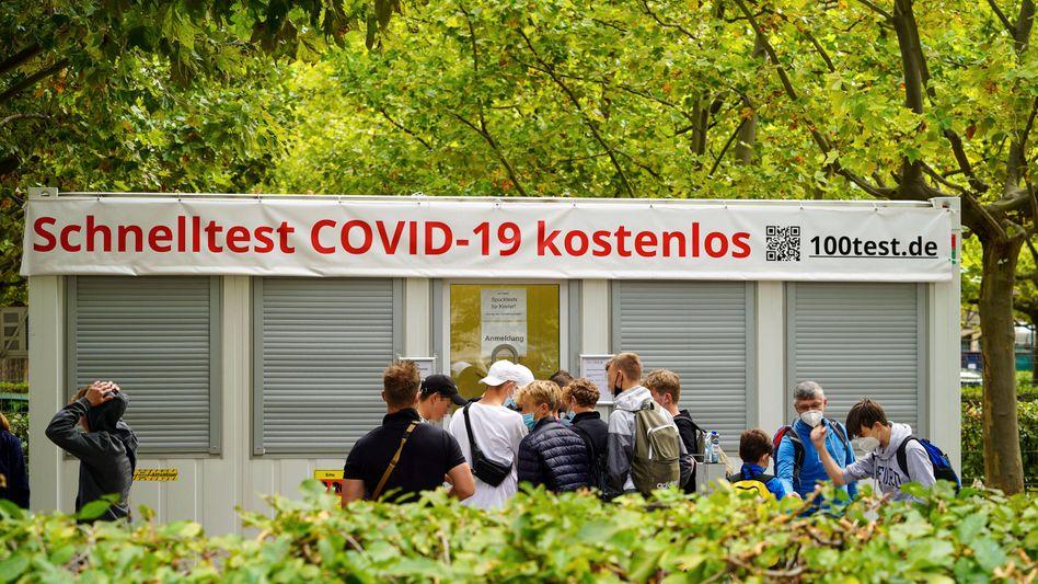 Schnelltest-Station in Berlin: Ab Montag müssen fast alle Erwachsenen die Kosten selbst tragen