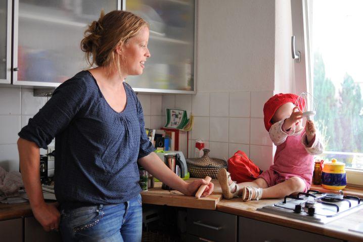 Theresa und Tochter Madita in der Küche