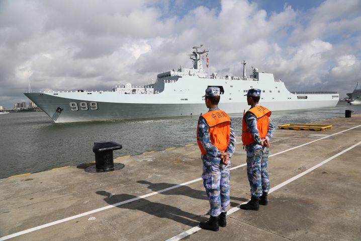 Ein chinesisches Kriegsschiff im Hafen von Zhanjian legt ab - das Ziel: Dschibuti.