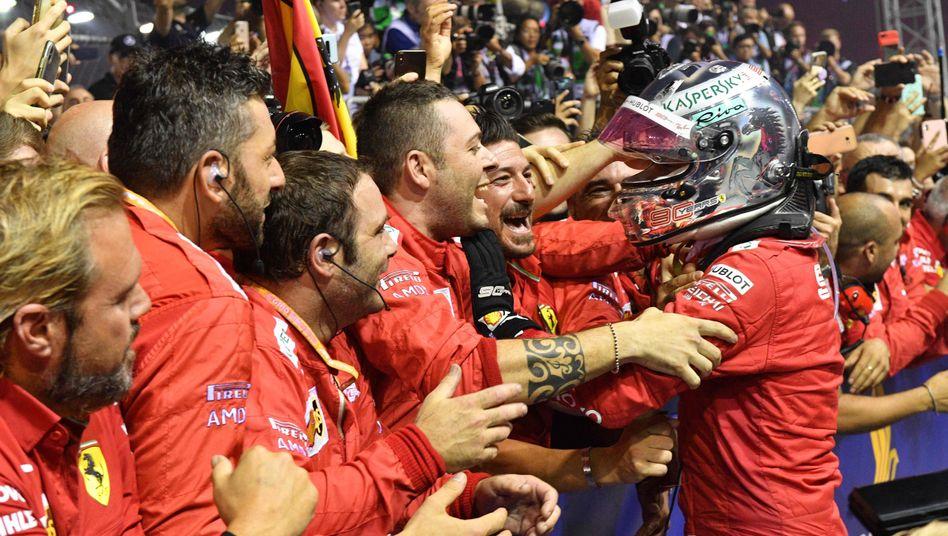 Sebastian Vettel (rechts) gewann das Nachtrennen von Singapur