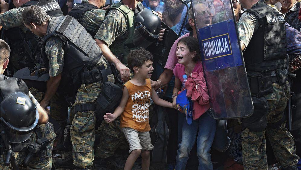 Flüchtlinge in Mazedonien: Kinder vor Polizeischilden