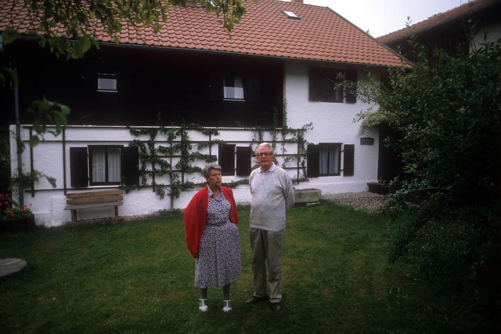 SPD Bundesvorsitzender Hans Jochen Vogel mit seiner Frau Liselotte auf seinem Bauernhof in Untertattenbach (Niederbayer