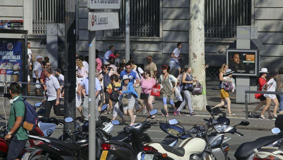 Touristen und Einheimische flüchten nach dem Terroranschlag auf den Ramblas in Barcelona.