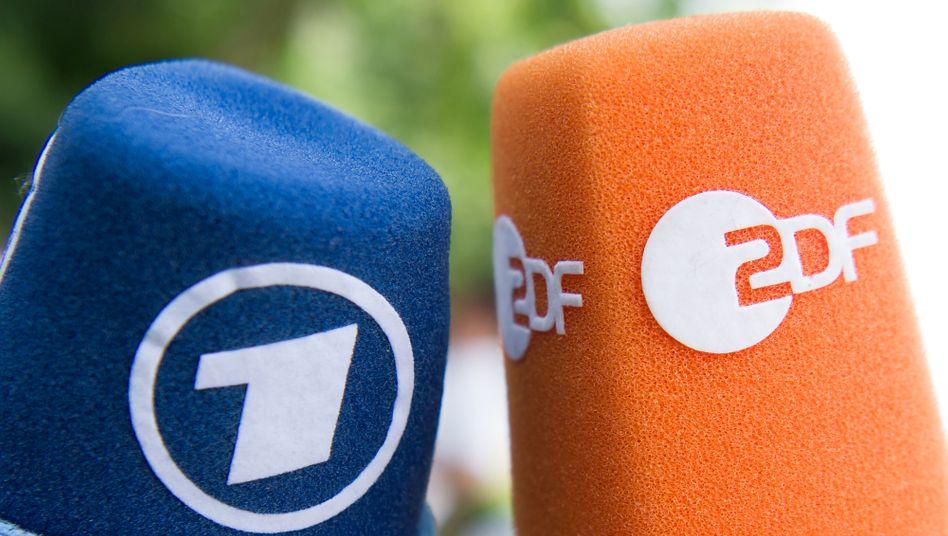 Fernsehmikrofone mit den Logos von ARD und ZDF