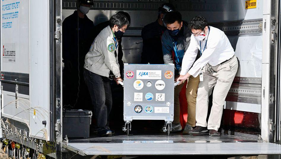 Ankunft der Probe in einer Containerbox: Beim Öffnen der Kapsel darf nichts schiefgehen