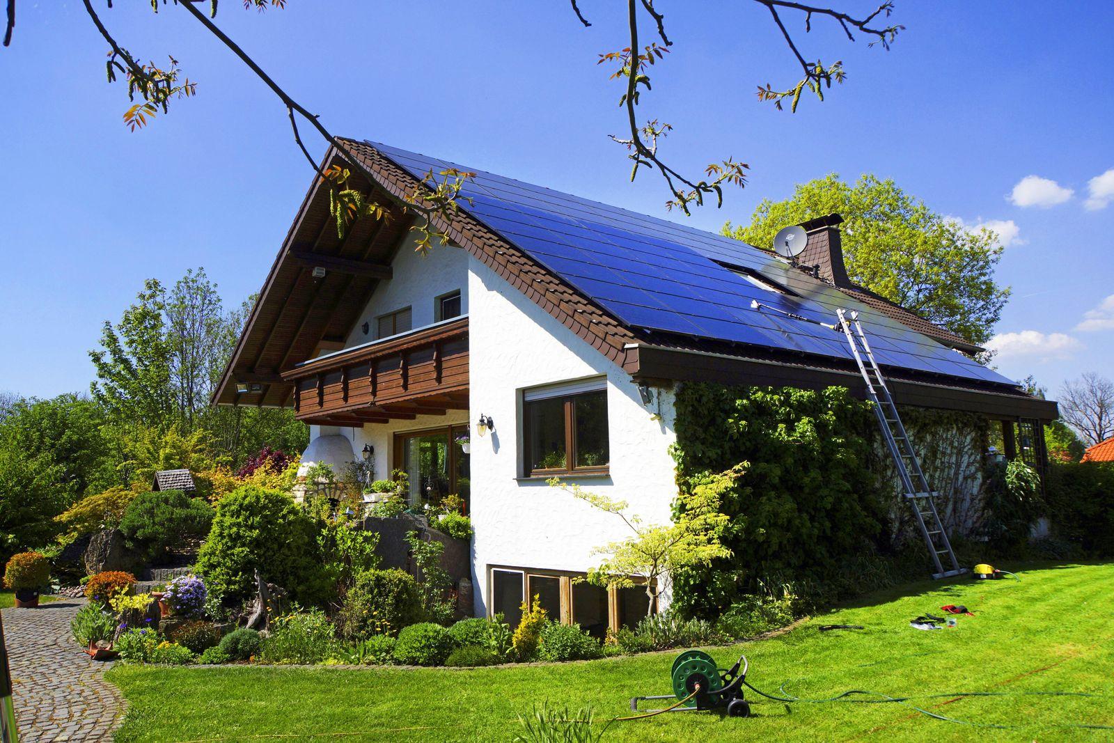 EINMALIGE VERWENDUNG Sollarzellen auf dem Dach / Sollarenergie