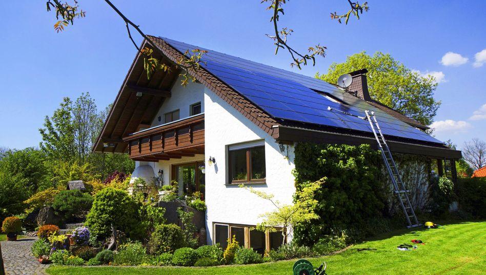 Fotovoltaik-Anlage auf dem Dach eines Einfamilienhauses
