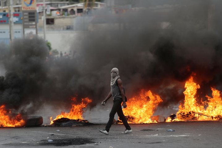Brennende Barrikaden auf einer Straße in Port-au-Prince