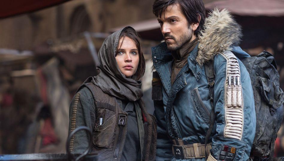 """Cassian Andor (Diego Luna, mit Jyn Erso, gespielt von Felicity Jones) in """"Rogue One"""""""