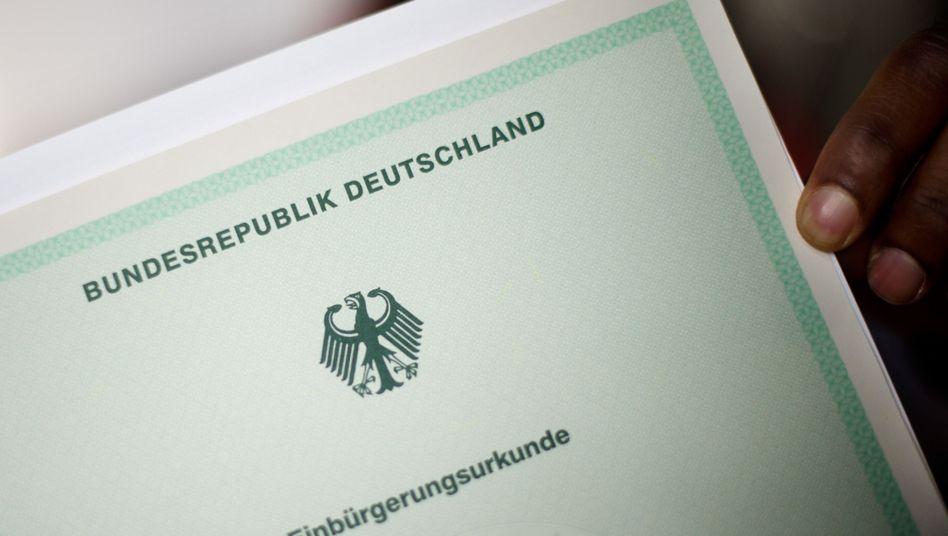 Einbürgerungsurkunde: Bislang haben Behörden fünf Jahre Zeit, Identitätstäuschern auf die Spur zu kommen