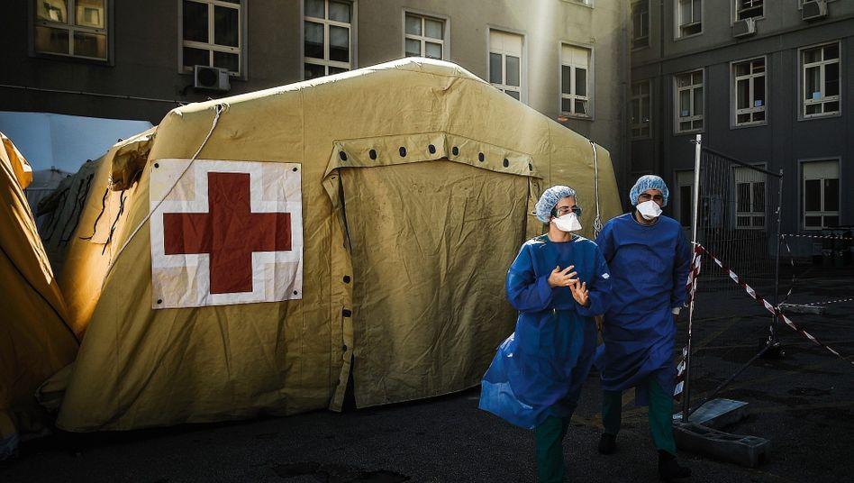Sanitäter bei Triage-Zelt vor Krankenhaus in Lissabon