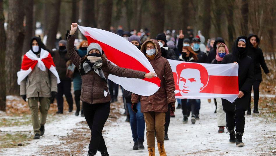 Demonstrierende am Sonntag in Minsk: »Lang lebe Belarus«