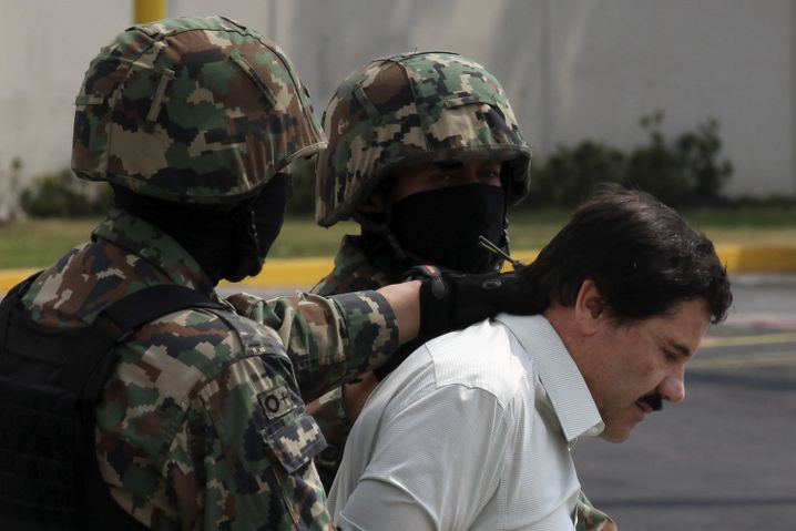 """Joaquin """"El Chapo"""" Guzman wird in Handschellen abgeführt"""