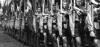 Hitlerjugend (bei einer Probe für den Reichsparteitag 1938 in Nürnberg): Idealisierung des Militärs