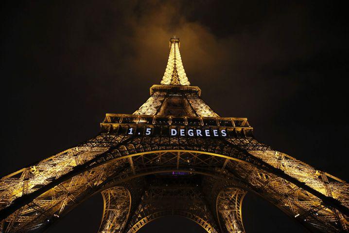 Eiffelturm mit Leuchtschrift zur Klimakonferenz im Dezember 2015