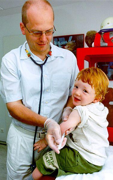 Arzt impft Kind: Verbreitung der Masern durch Impfmüdigkeit