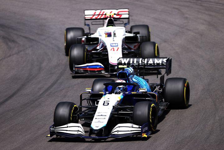 Nicholas Latifi im Williams (noch) vor Mick Schumacher im Haas
