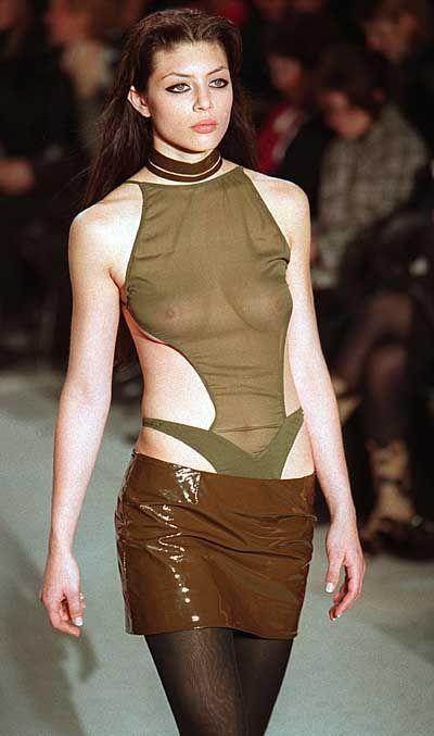 Lederröckchen mit knappem Khaki-Top bei Givenchy