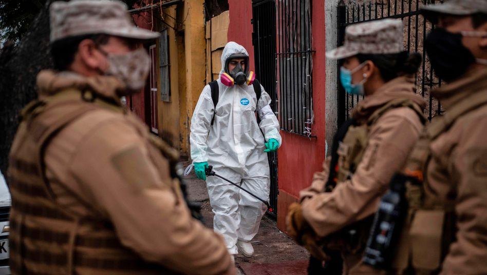 Desinfizierung eines Stadtviertels in Santiago de Chile: Die Pandemie verschärft die Staatskrise