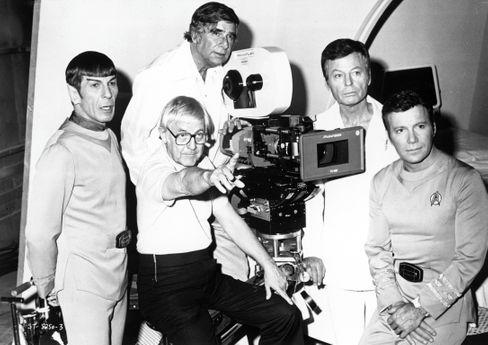 Gene Roddenberry (in der Mitte oben) mit den Stars des »Star Trek«-Kinofilms von 1979 und dessen Regisseur Robert Wise