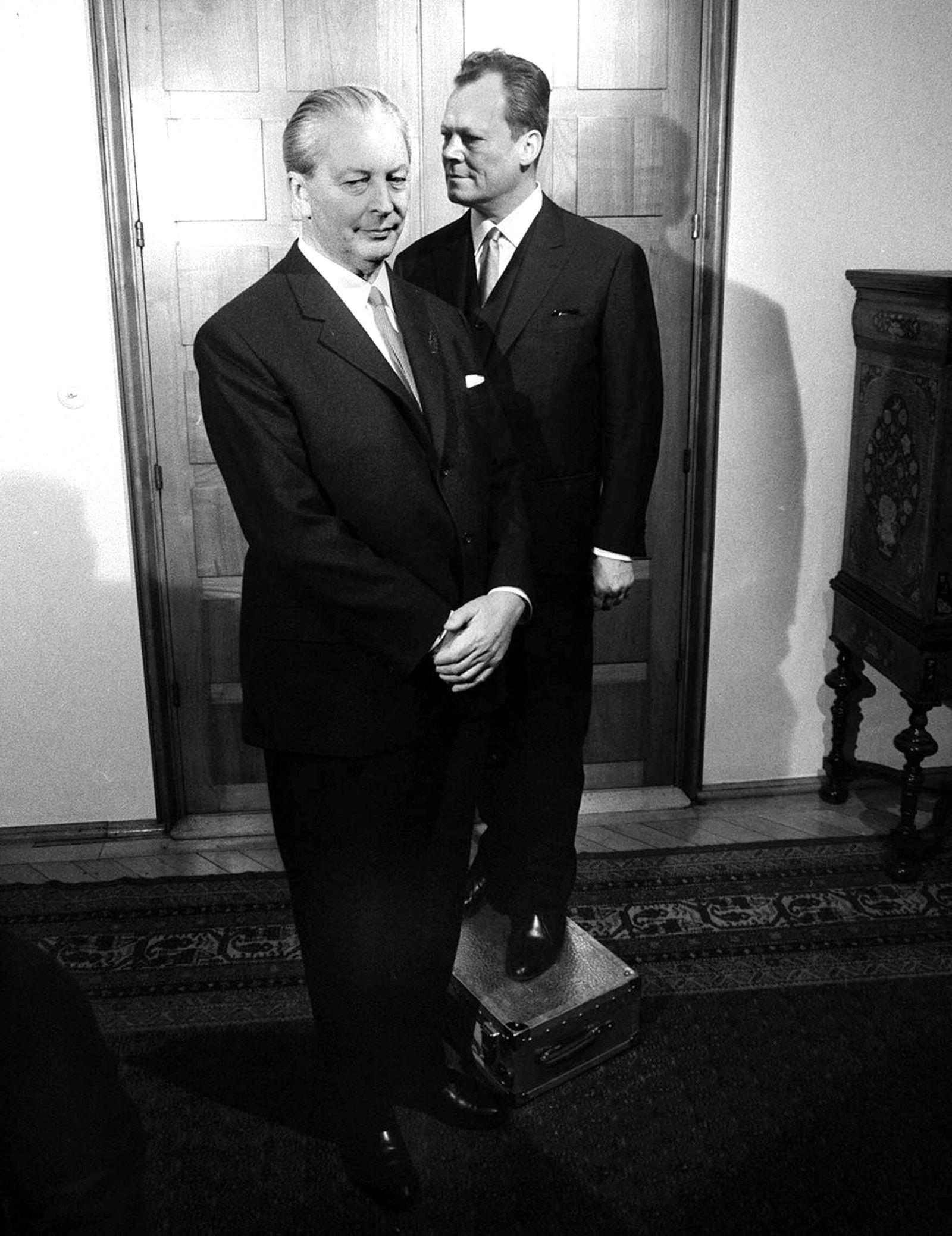 Vizekanzler Willy Brandt (re., GER/SPD) muss angesichts der Gr??e des Bundeskanzlers Hans Georg Kiesinger (GER/CDU/CSU)
