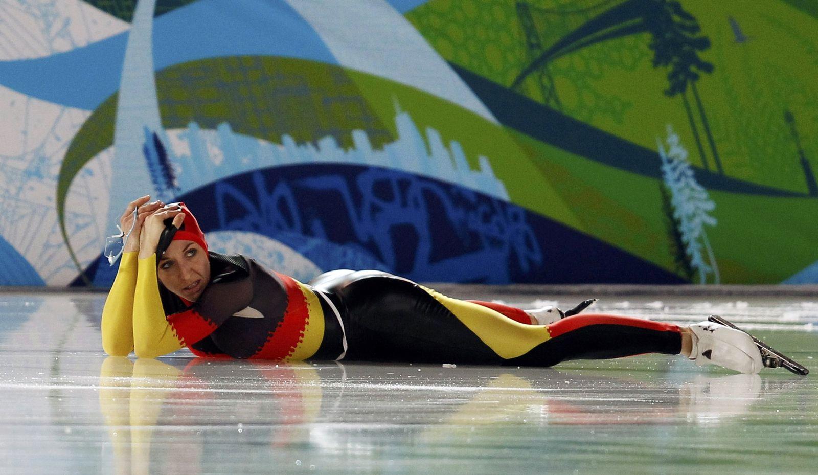 Anni Friesinger liegt auf dem Eis