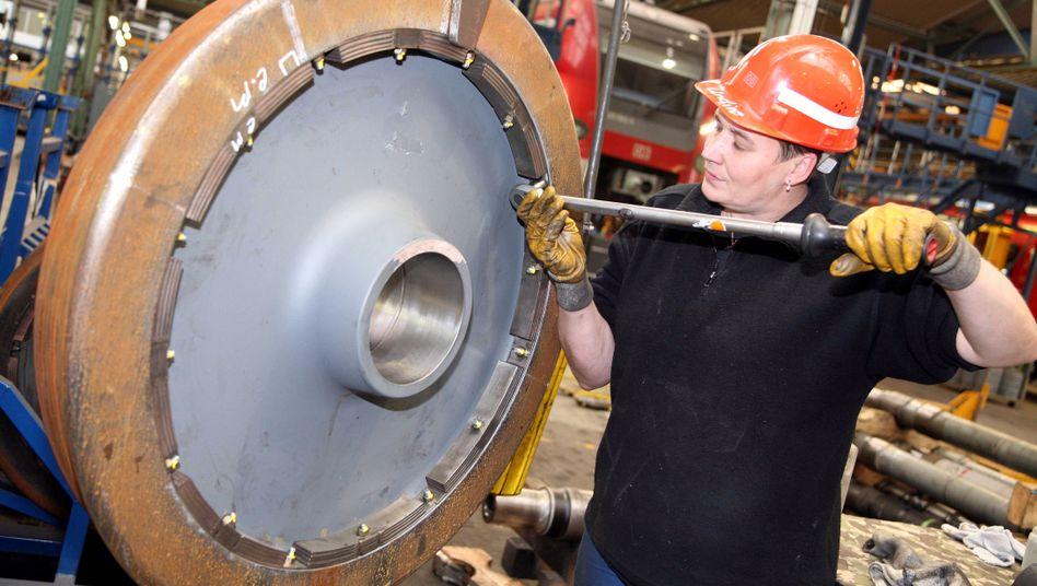 Mechanikerin im ICE-Instandsetzungswerk der Bahn: Drastischer Arbeitskräftemangel
