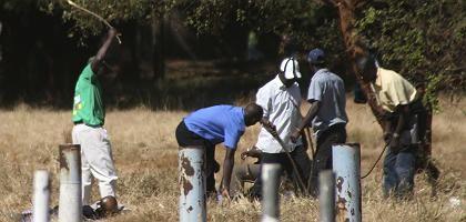 Prügel für die Opposition: Zanu-PF-Mitglieder schlagen einen Unbekannten