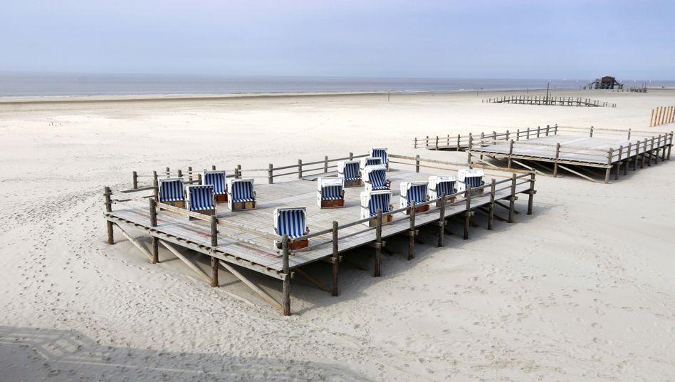 Strandkörbe warten in St. Peter-Ording auf Besucher - auf jene, die auch länger bleiben