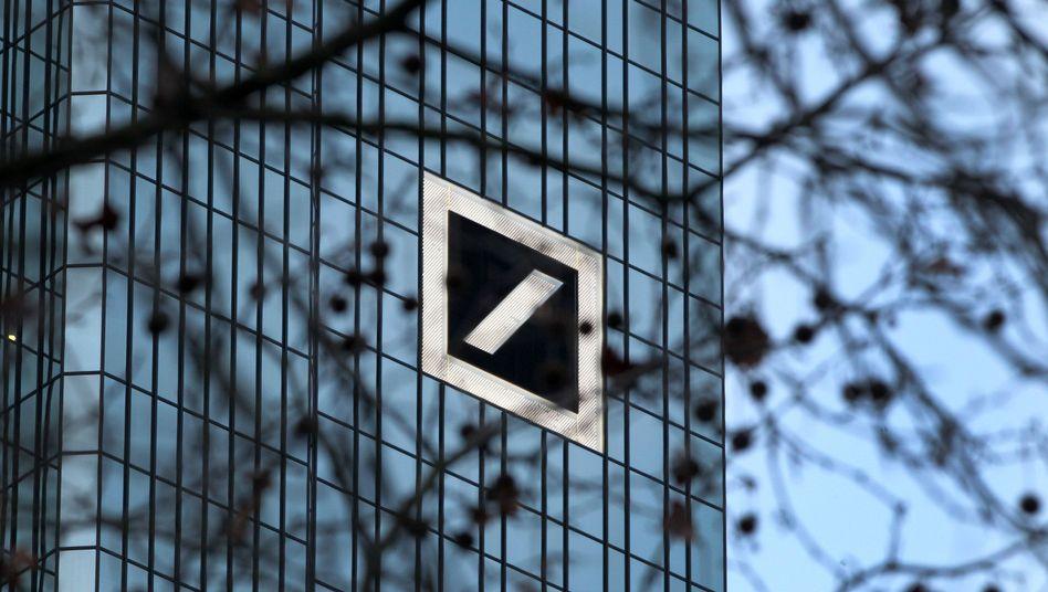 Logo der Deutschen Bank an der Zentrale in Frankfurt am Main