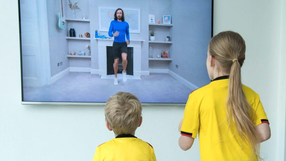 Kinder zu Hause beim Live-Training