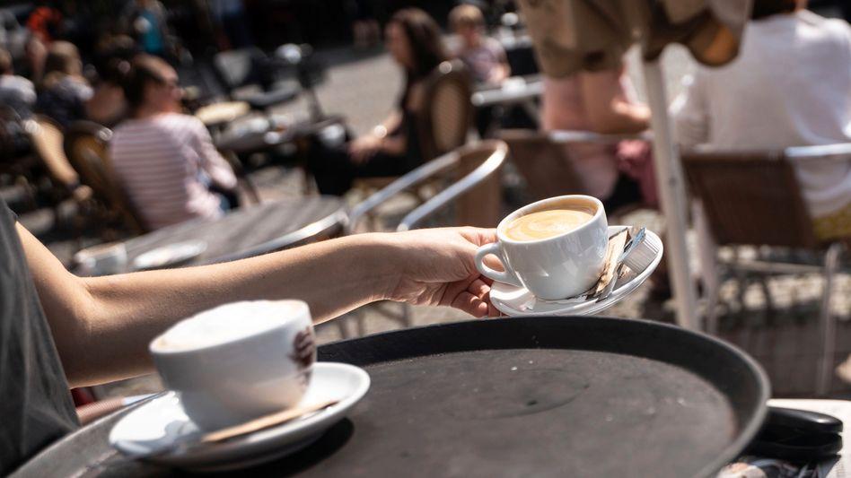 Bedienung in einem Café: Anreize für sozialversicherungspflichtige Arbeitsplätze