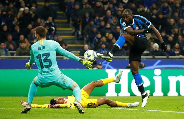 Romelu Lukaku (r.) erzielte gegen den FC Barcelona sein zwölftes Saisontor in allen Wettbewerben