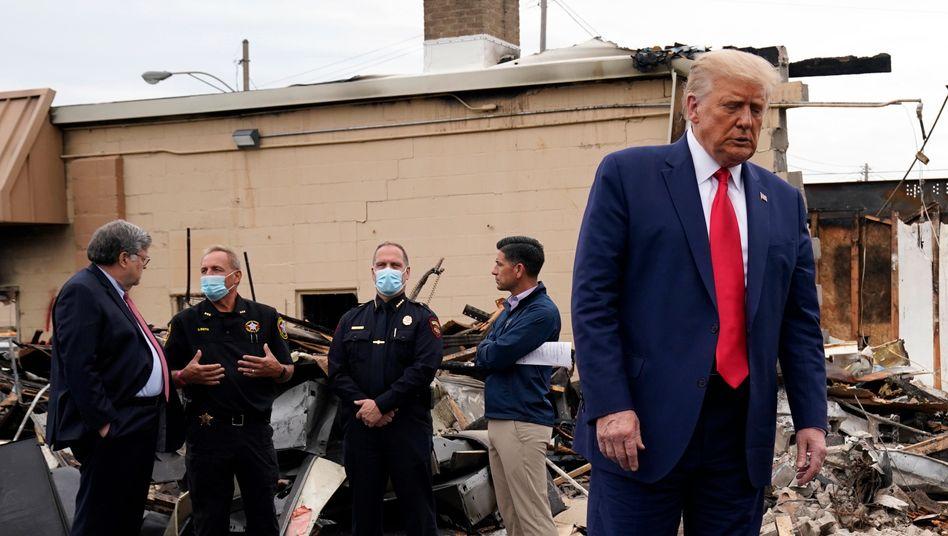 US-Präsident Donald Trump besichtigte in Kenosha Geschäfte, die bei den jüngsten Unruhen zerstört worden waren.